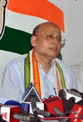 BJP, Congress clash over EC not declaring Gujarat poll dates (Roundup)
