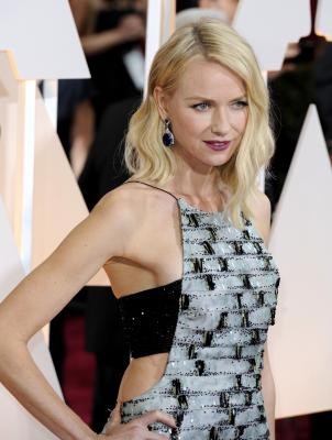 Naomi Watts makes out with co-star