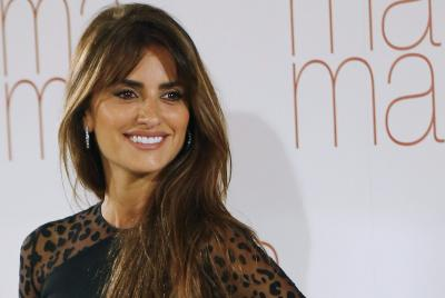 Penelope Cruz turns blonde for Versace role