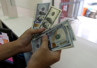 US dollar declines amid geopolitical tensions