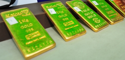 Gold settles higher as US dollar, stocks fall