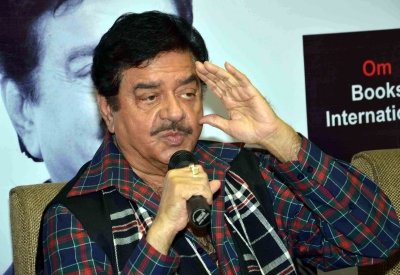 Who will take the rap if BJP loses in Gujarat, Shatrughan asks Modi (Lead)