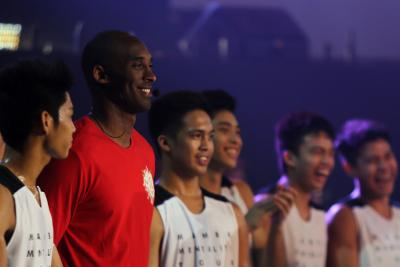 'Brokenhearted': Fans and sporting greats react to Kobe Bryant death