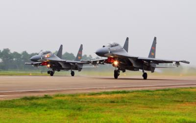 Chinese fighter flies inverted over US Air Force jet