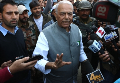 Yashwant Sinha-led delegation meets Abdullahs, interacts with students