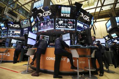 USA stocks close lower amid declining oil prices