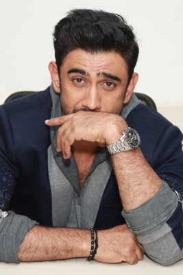 Amit Sadh looks dapper in all-white suit at IBFW 2017