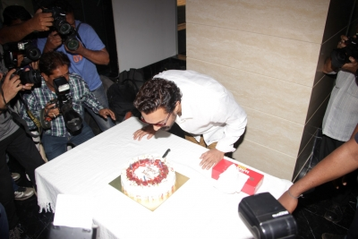 KJo, Mika wish Aamir on 52nd birthday