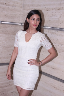 Haven t put Bollywood in backseat: Amyra Dastur