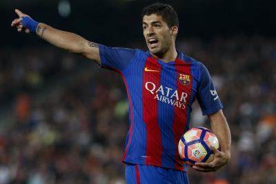 Suarez double keeps Barcelona unshaken at the top