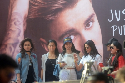 Hello India: Justin Bieber sends fans into tizzy in Mumbai (Lead)