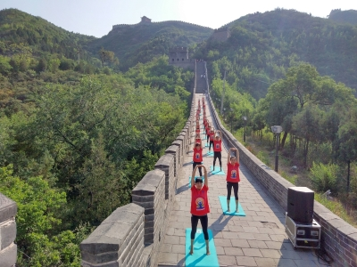Indians, Chinese perform yoga at Great Wall