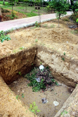 After child s death - 700 compost pits in Delhi parks remain life-threatening