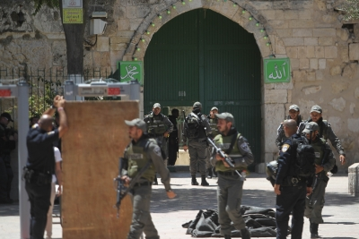 Clashes between worshippers, Israeli police outside al-Aqsa