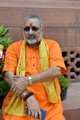 Giriraj Singh s supporters clash with CISF in Patna