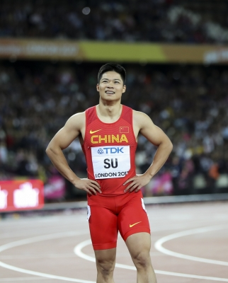 Chinese runner gets hit on head in 4x100m final