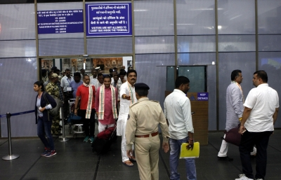 Gujarat MLAs return from Karnataka