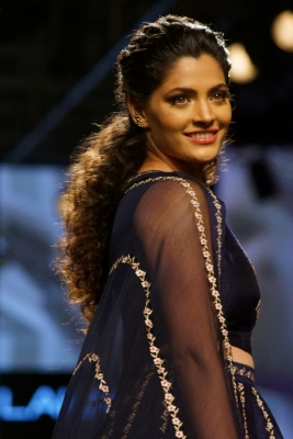 Siyami Kher turns show stopping bride for Nachiket Barve at LFW