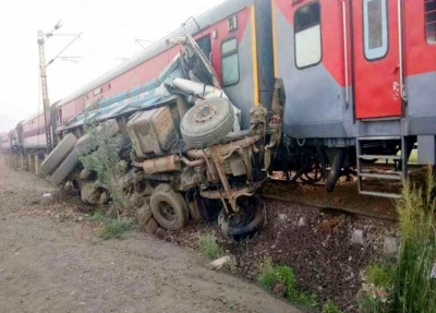 Prabhu offers to quit after train derails, PM asks him to wait (Second Lead)