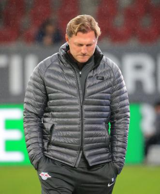 Hasenhuettl steps down as Leipzig coach