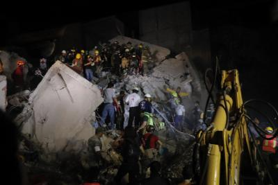 As night falls, rescue workers search for survivors of Mexico quake