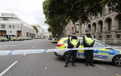 Car crashes near London s museum, terrorism ruled out (Lead)