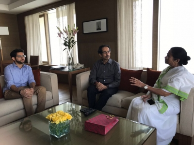 Uddhav meets Mamata, discusses various issues