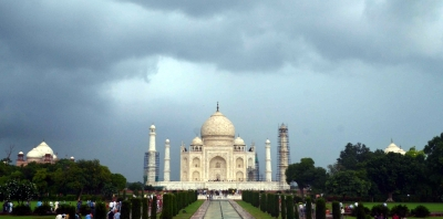 Bumpy roads in Agra dampen tourists' spirit