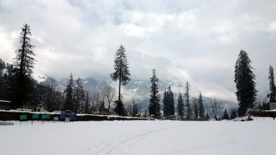 Manali gets season's first snowfall