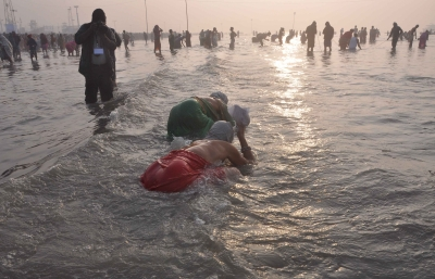 Lakhs take holy dip in Ganga on Makar Sankranti
