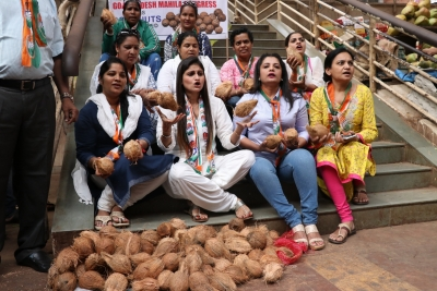 Goa Congress sells coconuts to protest against price hike