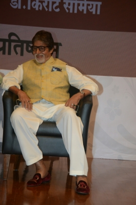 Big B sings  Badumba  for  102 Not Out