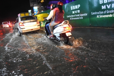 Rain lashes Bengaluru, hits normal life (Second Lead)
