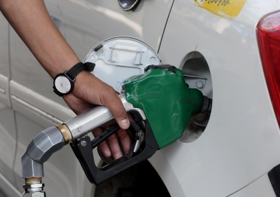 Petrol prices remain unchanged on Sunday, diesel declines