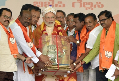 Modi flags BJP s good work, lists Congress  misdeeds  (Roundup)