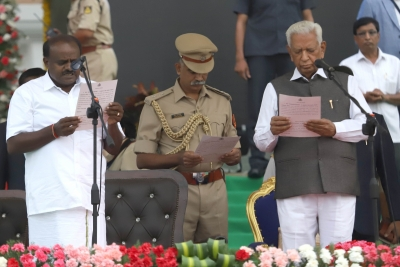 Kumaraswamy takes oath as non-BJP opposition puts up unity show (Roundup)