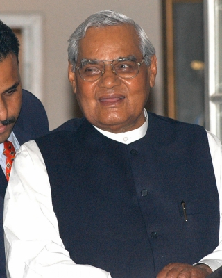 Vajpayee responding to treatment; Bhagwat, Manmohan visit AIIMS (Third Lead)