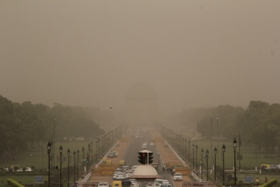 Delhi wakes up under shade of dust