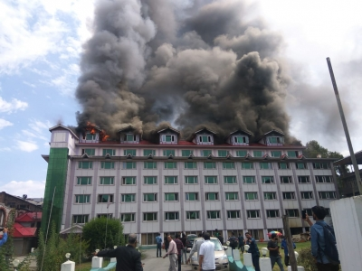 Massive blaze breaks out in Srinagar hotel