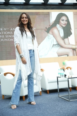 Sonakshi turns into  black diva  at LMIFW