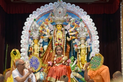 Thousands throng Bengal's Belur Math as Durga Puja spirit peaks (Lead)