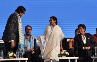 Amitabh Bachchan, Shah Rukh regale audience in Bengali at KIFF opener