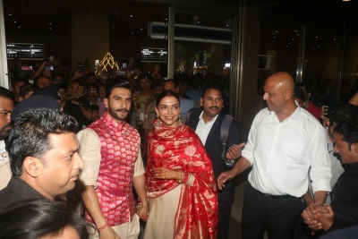 Newlyweds Ranveer, Deepika welcomed in Mumbai by sea of fans