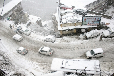 Road links in Himachal hampered after snowfall; hundreds stranded