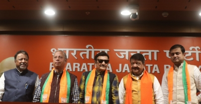Veteran actor Biswajit joins BJP, praises Modi (Lead)
