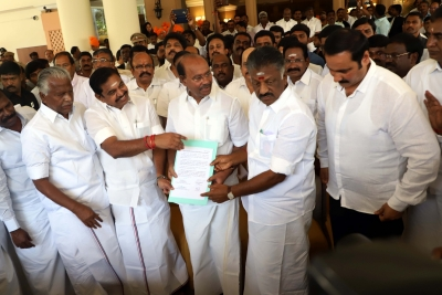 AIADMK, BJP sign electoral pact; BJP gets 5 seats (Lead)