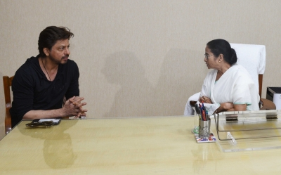Shah Rukh pays courtesy visit to Mamata Banerjee