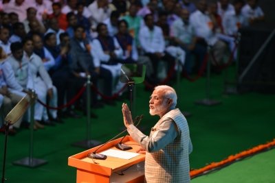 PM blames Congress for traders' negative image (Lead)