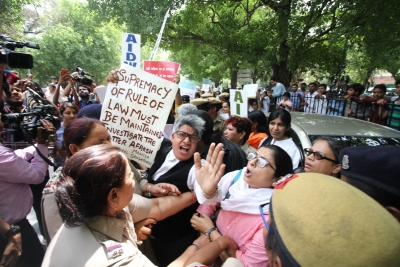 Women protest outside SC over clean chit to CJI (Lead)