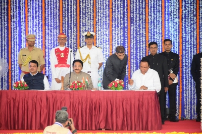 Fadnavis reshuffles Cabinet, drops 6 Ministers, inducts 13 (Lead)